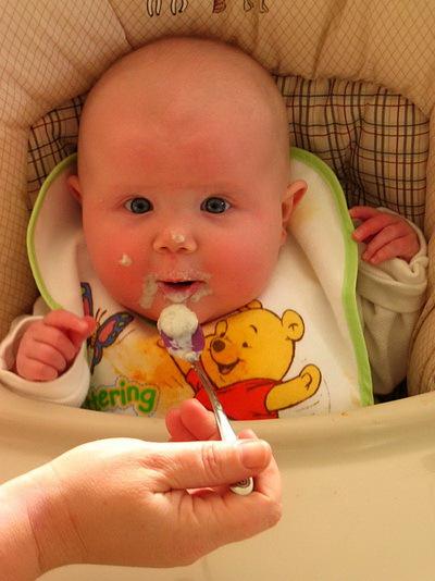 Первый прикорм ребенка? С чего начать? Когда давать первый прикорм и последовательность прикорма.