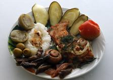 Жареная камбала с маринованными овощами и рисом