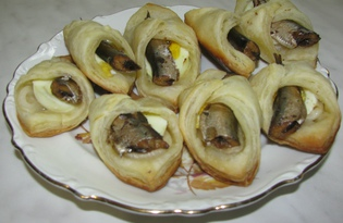 Слойки со шпротами (пошаговый фото рецепт)