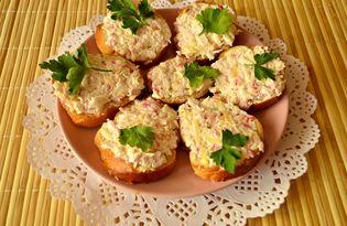Бутерброды с крабовыми палочками и сыром (пошаговый фото рецепт)