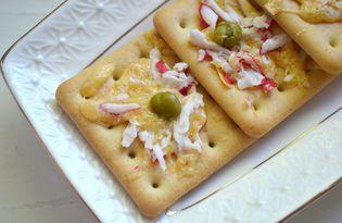 Крекеры с крабовыми палочками и сыром (пошаговый фото рецепт)
