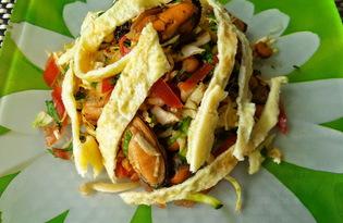 Салат с морепродуктами и омлетом (пошаговый фото рецепт)