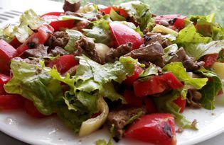 Салат с печенью, помидорами и листьями салата (пошаговый фото рецепт)