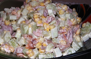 Салат из кукурузы, огурца и копченой курицы (пошаговый фото рецепт)