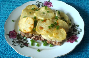 Мясо, запеченное под картофелем (пошаговый фото рецепт)