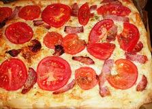 Пицца из слоеного теста с помидорами и грудинкой (пошаговый фото рецепт)