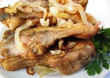 Жареный толстолобик в луковой шубе (пошаговый фото рецепт)