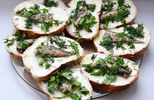 Бутерброды со шпротами и чесноком (пошаговый фото рецепт)