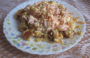 Салат с морковью, колбасой, домашними сухариками (пошаговый фото рецепт)