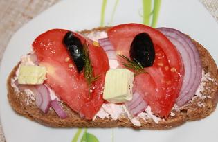 Бутерброд с икрой мойвы, фиолетовым луком и помидором (пошаговый фото рецепт)