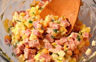 Салат с колбасой, яйцом и кукурузой (пошаговый фото рецепт)