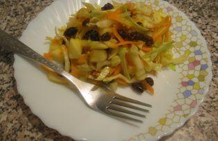 Салат с капустой, изюмом и яблоком (пошаговый фото рецепт)