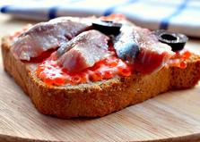 Бутерброды с сельдью и маслинами (пошаговый фото рецепт)