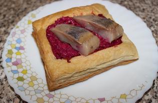 Закусочные бутерброды из слоеного теста со свеклой и сельдью (пошаговый фото рецепт)