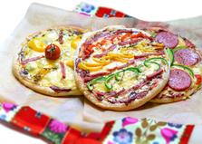 Яркая пицца на готовой основе (пошаговый фото рецепт)