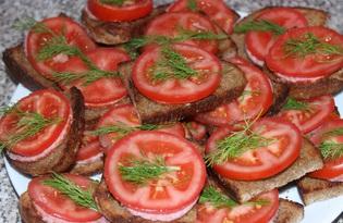 Бутерброды с черным хлебом, колбасой и помидором (пошаговый фото рецепт)