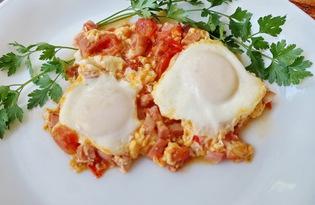 Глазунья с колбасой, сыром и помидором (пошаговый фото рецепт)