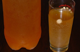 Квас домашний с мёдом и изюмом (пошаговый фото рецепт)