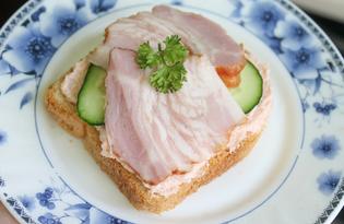 Бутерброды с икрой мойвы, огурцами и копченой грудинкой (пошаговый фото рецепт)