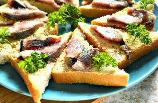 Бутерброды с петрушкой, сельдью и майонезом (пошаговый фото рецепт)