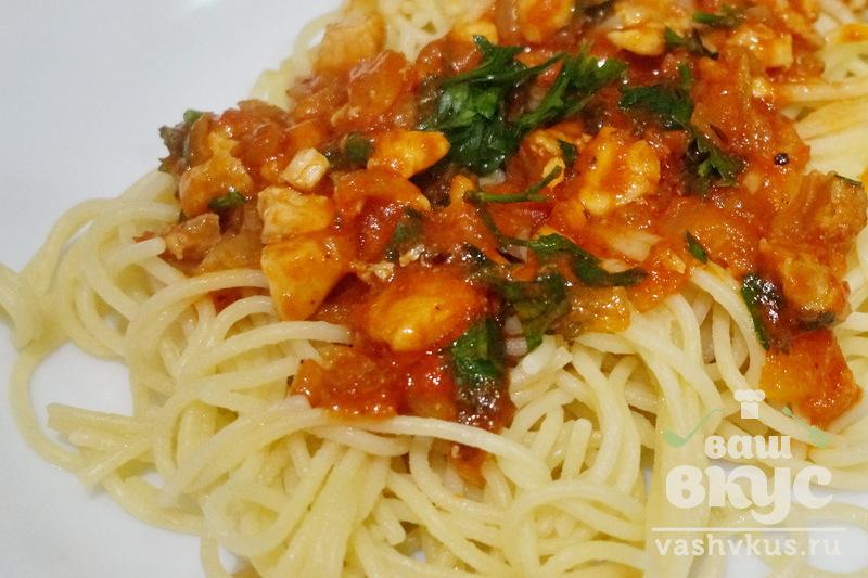 Спагетти с курицей в томатном соусом