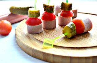 Канапе из сосисок, корнишонов и черри (пошаговый фото рецепт)