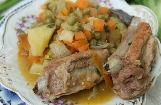 Тушеные ребрышки в овощном соусе (пошаговый фото рецепт)