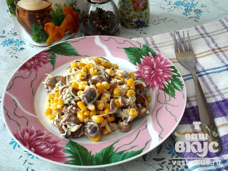 Салат с маринованными грибами и кукурузой изоражения