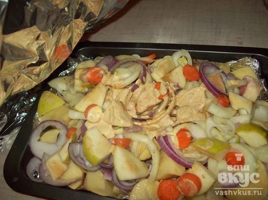 Утка с овощами и яблоками