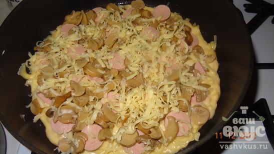 Пицца с грибами и сосисками на сковороде