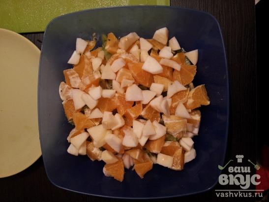 Фруктовый салат с орехами и йогуртом
