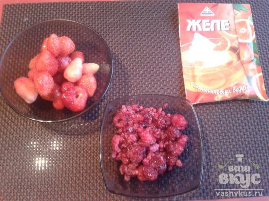 Желе с ягодами, мороженым и сливочным кремом.