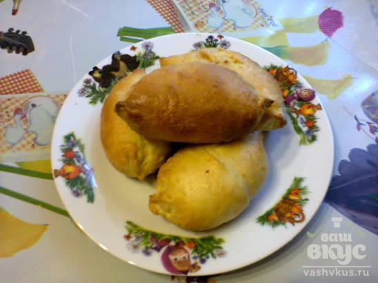 Духовые пирожки с мясом и тушеной капустой.
