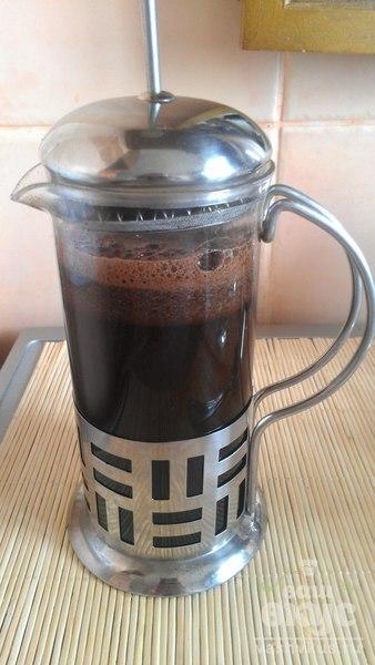 Кофе во френч-прессе с корицей и молоком