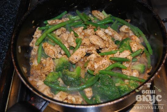 Куриные грудки с зеленой фасолью и брокколи в сливочном соусе