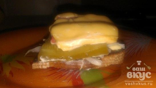 Бутерброд с соленым огурцом и луком