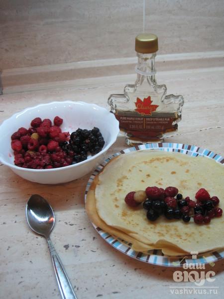 Блинные трубочки с кленовым сиропом и ягодами