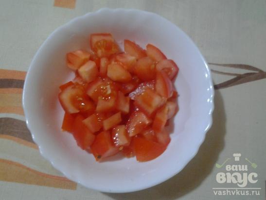 Салат пикантный с помидорами и сыром.