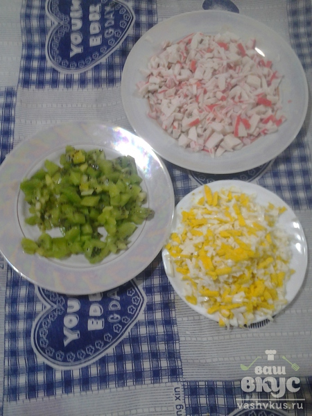 Салат из киви с крабами