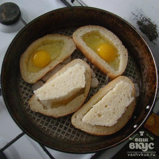 Жареное яйцо в батоне