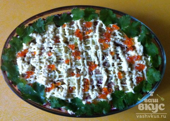 Копченая семга с овощами и красной икрой