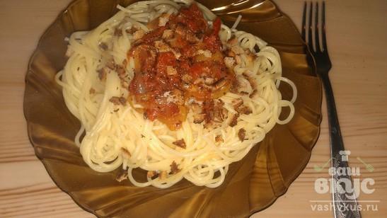 Спагетти в томатном соусе и с сухариками