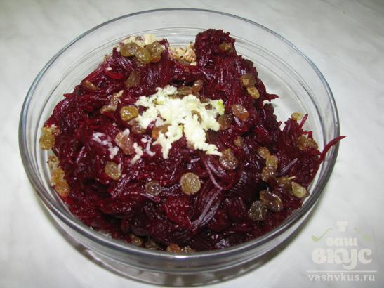 Свекольный салат с изюмом, орехами и черносливом