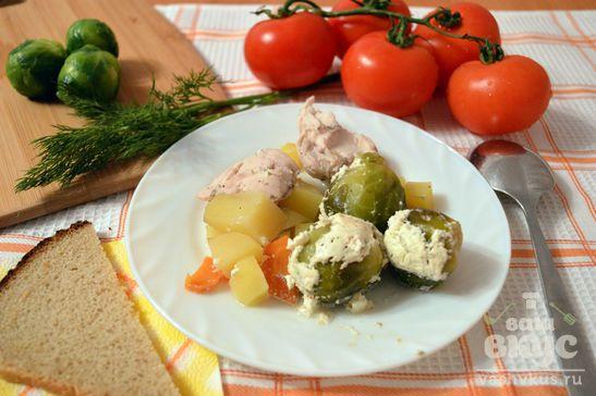 Брюссельская капуста с овощами и курицей в горшочке