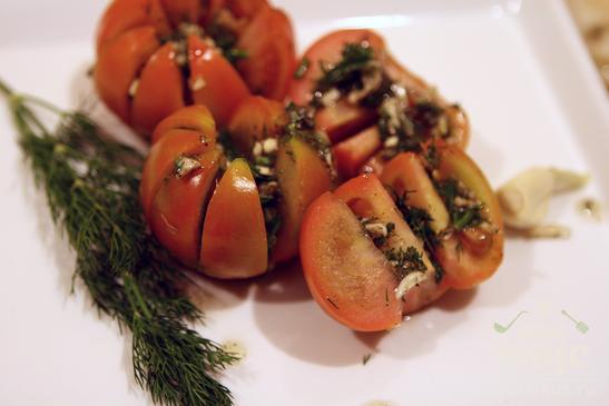 Закуска из томатов с чесноком