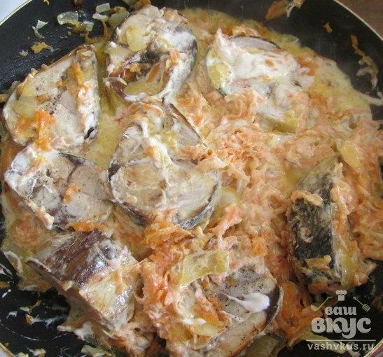 Тушеная рыба в сметане с овощами