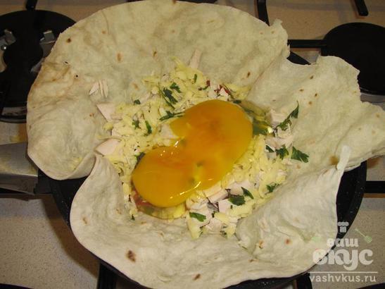 Лаваш с курицей и яйцом на сковороде