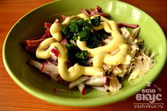 Салат с копченой курицей и маслинами