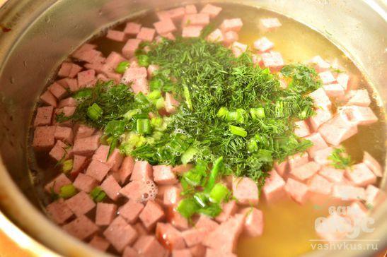 Яичная лапша с колбасой и зеленью