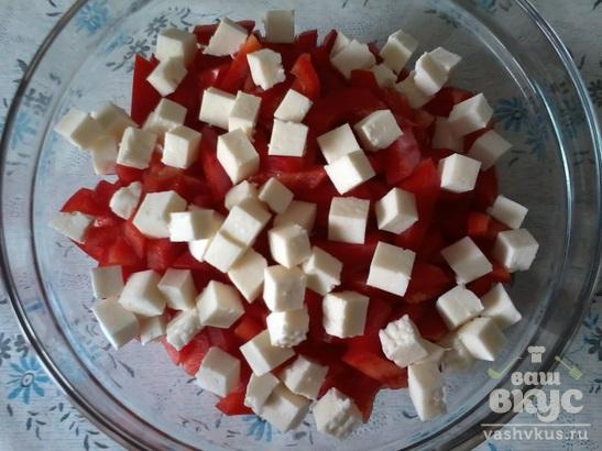 Салат из помидоров, болгарского перца и сыра